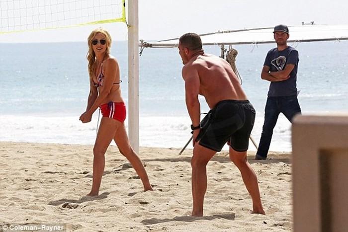 Актрисы на пляже: Шэрон Стоун в купальнике (58 лет) похвасталась отличной фигурой